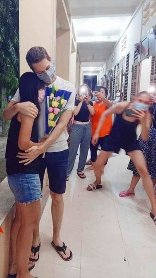Màn cầu hôn của chàng trai ngoại quốc với bạn gái trong khu cách ly1