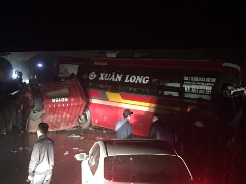 Xe khách đối đầu xe đầu kéo lúc nửa đêm, ca bin lật ngửa xuống đường