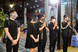 Trấn Thành - Hari Won đến viếng Mai Phương lúc đêm muộn