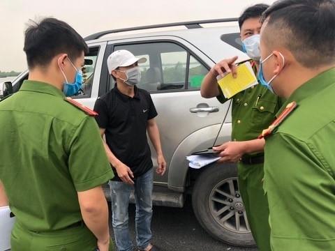 Chở khách về Quảng Ninh, tài xế khai báo y tế gian dối và chống đối khi bị đo thân nhiệt