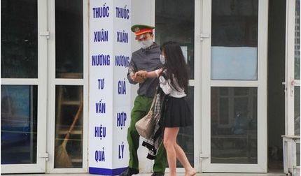 Cô gái khóc lóc, bỏ chạy ra khỏi tòa nhà đang cách ly tại KĐT Thanh Hà