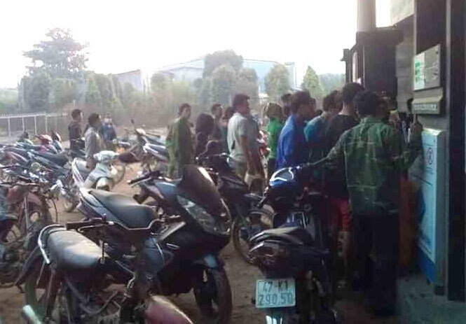 Tin đồn cây xăng đóng cửa phòng dịch khiến người dân đổ xô tích trữ