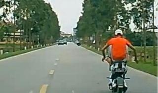 Dùng chân điều khiển xe đạp điện, thiếu niên bị phạt nặng