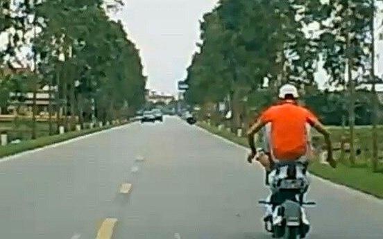 Dùng chân điều khiển xe đạp điện, thiếu niên ở Hải Dương bị phạt nặng