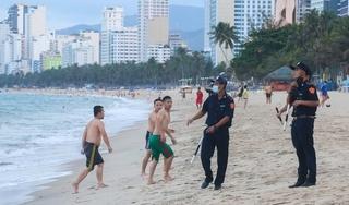 Nha Trang ra quân 'cưỡng chế' người tắm biển