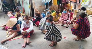 Đang cao điểm chống dịch Covid-19, hàng chục phụ nữ vẫn tụ tập 'sát phạt'