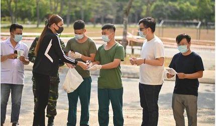 Sau 14 ngày, Võ Hoàng Yến rời khu cách ly và tặng quà cho mọi người