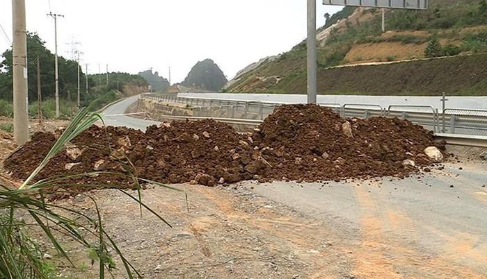 Thành phố Hạ Long nói gì về việc đổ đất bịt đường chặn lối đi lại