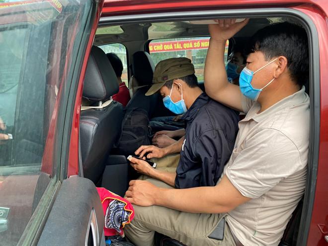Bắt gọn xe bán tải chở 6 người ở Quảng Trị vượt biên 'chui' để trốn cách ly