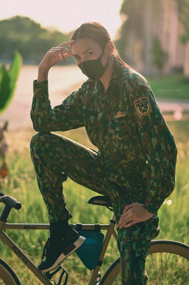 Võ Hoàng Yến tung bộ ảnh nữ quân nhân xinh đẹp khi ở khu cách ly