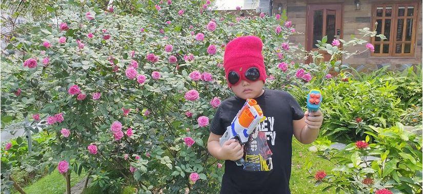 Bi Béo nhà Xuân Bắc khiến fan cười bò khi 'tuyên chiến' với Corona bằng... súng đạn xốp