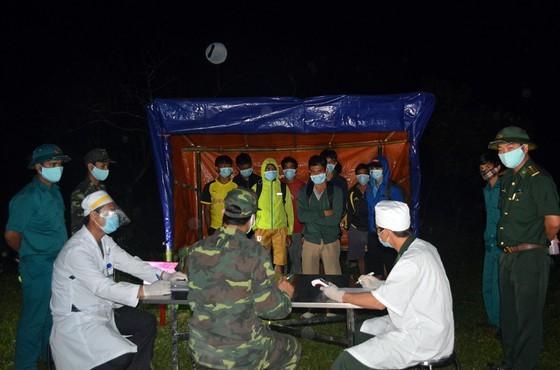 Thêm 12 người vượt biên từ Lào về nước để trốn cách ly