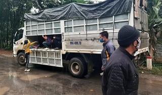 Không có xe khách, tài xế dùng xe tải chở 15 người về quê