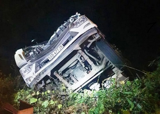 Xe tải chở rau rơi xuống vực trong đêm, tài xế nguy kịch