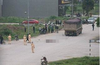 Hai nữ sinh đi xe máy kẹp ba tử vong sau khi bị xe tải đâm trúng