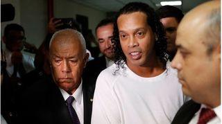 Cựu tiền đạo Ronaldinho buồn vui lẫn lộn sau khi ra tù