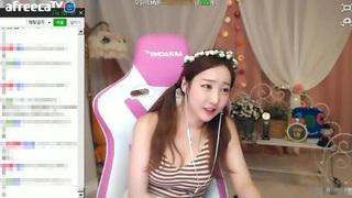 Khán giả hoảng loạn với nữ MC Hàn Quốc tự cắt cổ tay khi đang phát sóng trực tiếp