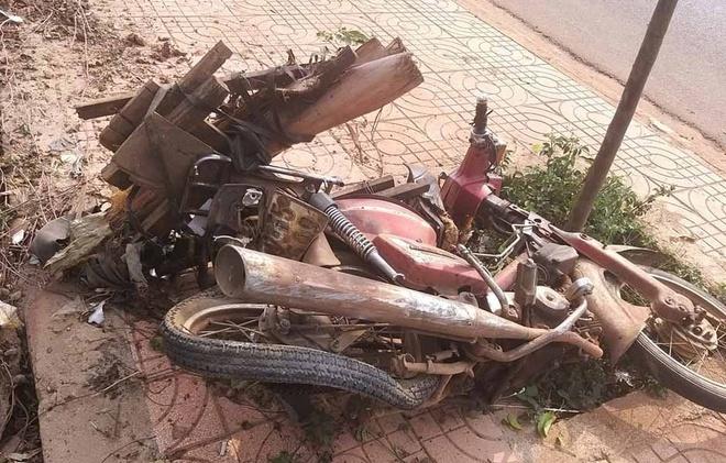 Nữ tài xế tử nạn khi bị xe 16 chỗ hất văng