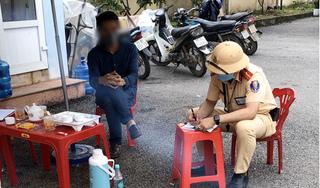 CSGT truy đuổi bắt tài xế 'trốn' kiểm tra y tế tại chốt kiểm dịch