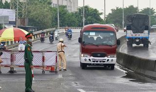 Phát hiện 2 người Trung Quốc trên ô tô bán tải sốt 39 độ C