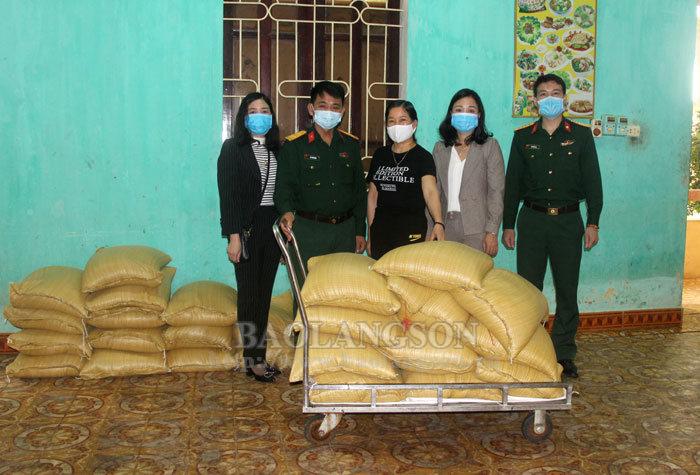 Một gia đình ở Lạng Sơn hỗ trợ 2 tấn gạo cho khu cách ly phòng dịch