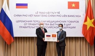 Việt Nam tặng Nga vật tư y tế chống Covid-19