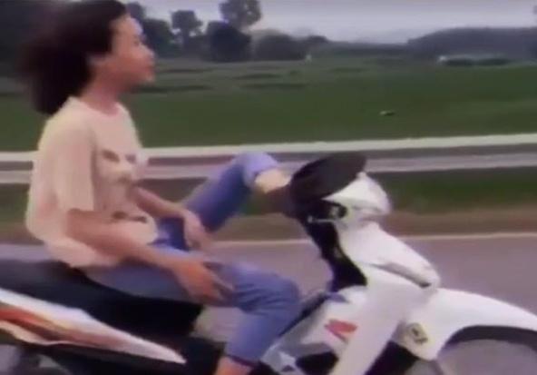 Nữ sinh 16 tuổi điều khiển xe máy bằng chân
