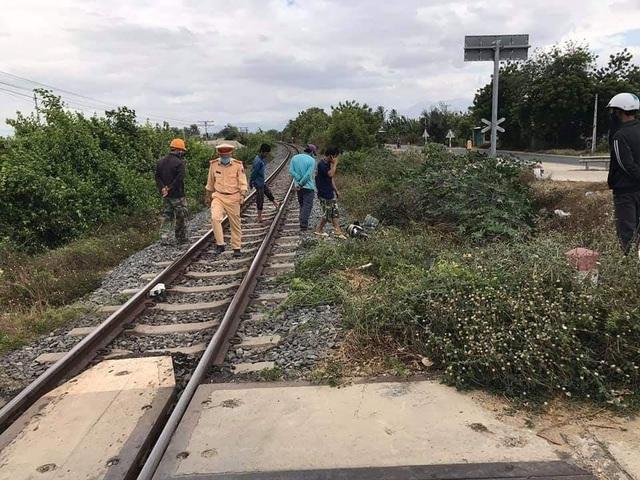 Rùng mình hình ảnh người phụ nữ cố vượt đường sắt bị tàu đâm tử vong