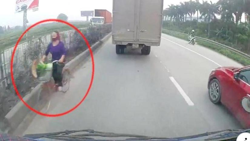Hãi hùng xe thô sơ, xe máy đối đầu ô tô trên quốc lộ