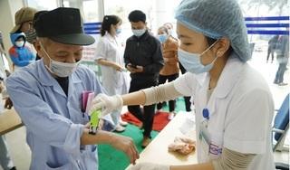 Lấy mẫu xét nghiệm Covid-19 cho bệnh nhân Hải Phòng bị sốt sau khi khám tại BV K