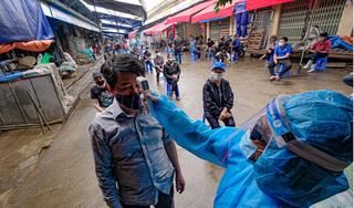 Xét nghiệm Covid-19 cho hàng trăm tiểu thương tại chợ đầu mối Hà Nội
