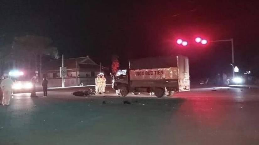 Ô tô tải va chạm với 2 mô tô, 2 người chết, 2 người bị thương