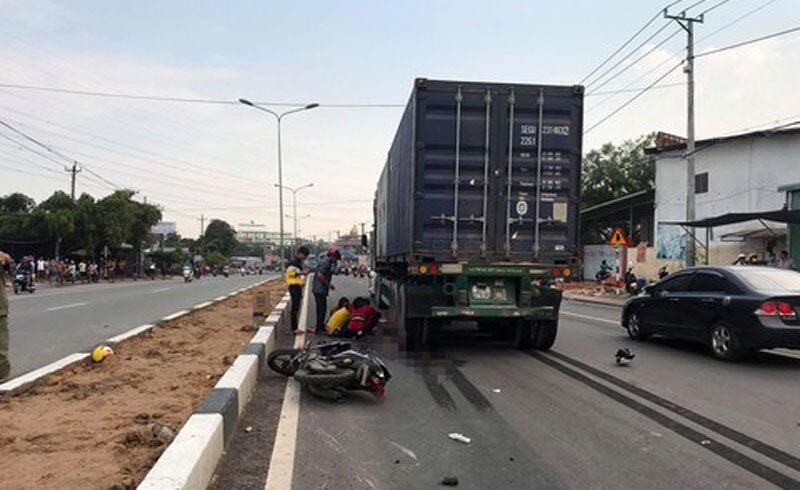 Xe máy chở 2 mẹ con va chạm xe container, người mẹ chết thảm
