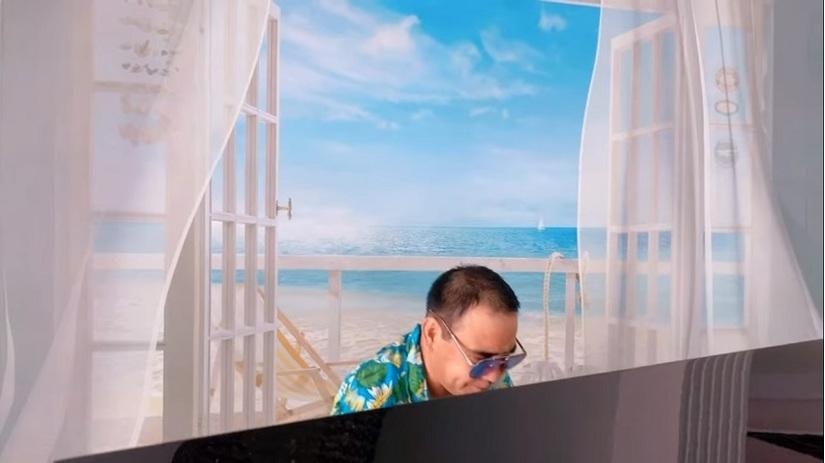 MC Quyền Linh ''diễn sâu'' cảnh đi chơi biển, lần đầu khoe giọng hát cực mượt