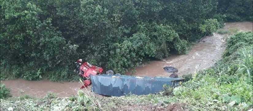 Quảng Ninh: Xe container va chạm xe đầu kéo, một xe rơi vực