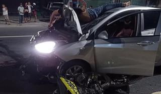Chạy xe máy ngược chiều tốc độ cao, 2 thanh niên đâm vào ô tô tử vong