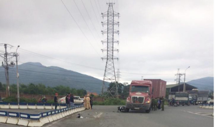 Quảng Ninh: Va chạm xe container 2 người nguy kịch
