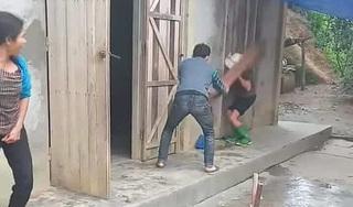 Phẫn nộ hình ảnh con trai cầm ghế đánh mẹ già ngất lịm trên hiên nhà