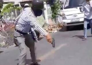 Xử lý người cầm súng nhựa dọa nạt sau va chạm giao thông thế nào?