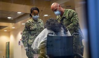Bệnh nhân Covid-19 cuối cùng trên tàu bệnh viện New York được xuất viện