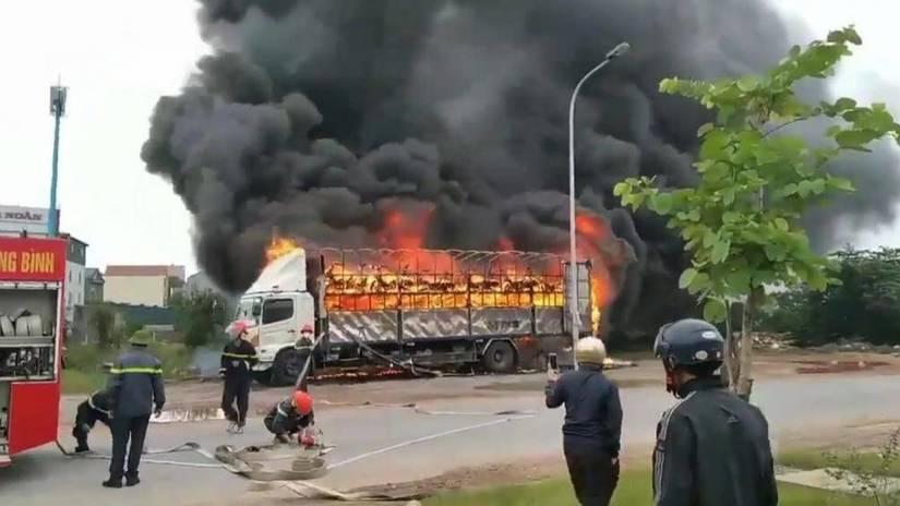 Thùng xe tải cháy ngùn ngụt, hàng chục xe máy bị thiêu rụi