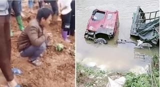 Tài xế thẫn thờ, ngồi co ro trên bờ nhìn xe tải chở chục tấn gạo lật xuống sông