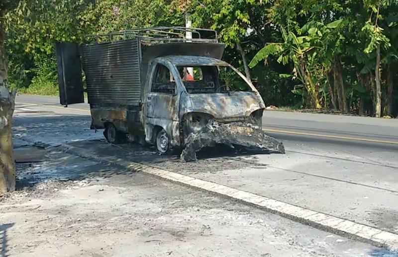 Xe tải chở hóa chất cháy trơ khung khi đang chạy trên đường