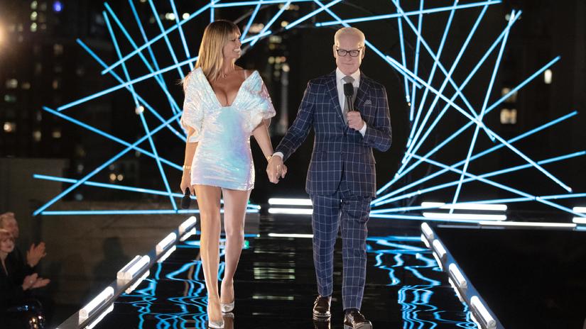 Siêu mẫu Heidi Klum diện đầm Công Trí xuất hiện tại show thiết kế đình đám Making The Cut