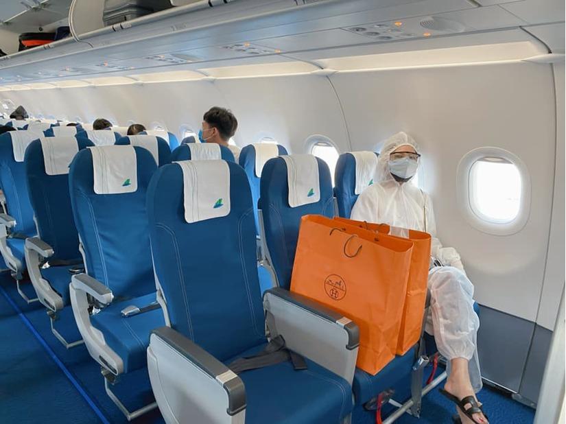Quế Vân mặc đồ bảo hộ kín mít về Hà Nội sau khi mắc kẹt tại Phú Quốc
