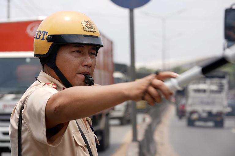 CSGT dọn đinh nhọn rải trên quốc lộ để người dân đi lại an toàn dịp lễ