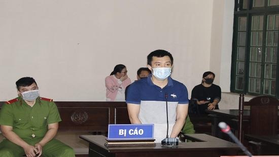 Bị phạt 12 tháng tù vì húc đầu vào mặt công an