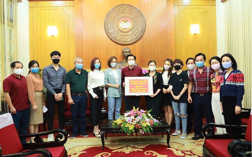 Ekip đoàn phim 'Những ngày không quên' ủng hộ 150 triệu chống Covid-19
