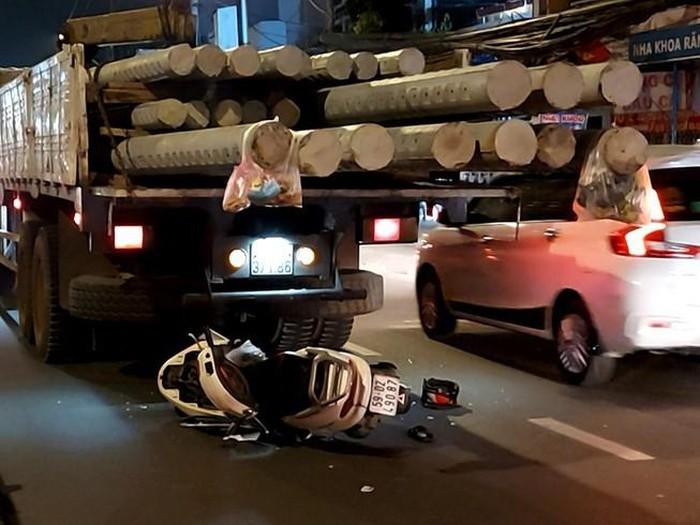 Tông vào đuôi xe tải, người đàn ông đi xe máy bất tỉnh