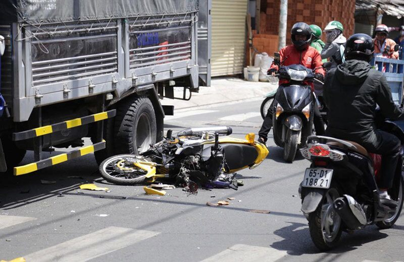 Xe máy vỡ nát sau khi tông ô tô tải, nam thanh niên bị thương nặng